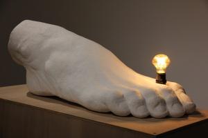 _________20 15希臘白大理石、燈泡,92x42x113cm(許遠達攝影)