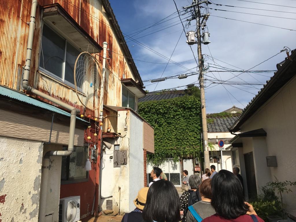 """左邊是對馬藝術中心,窗邊掛了 Jina Kim 的作品 """"HAVE A GOOD DREAM"""""""