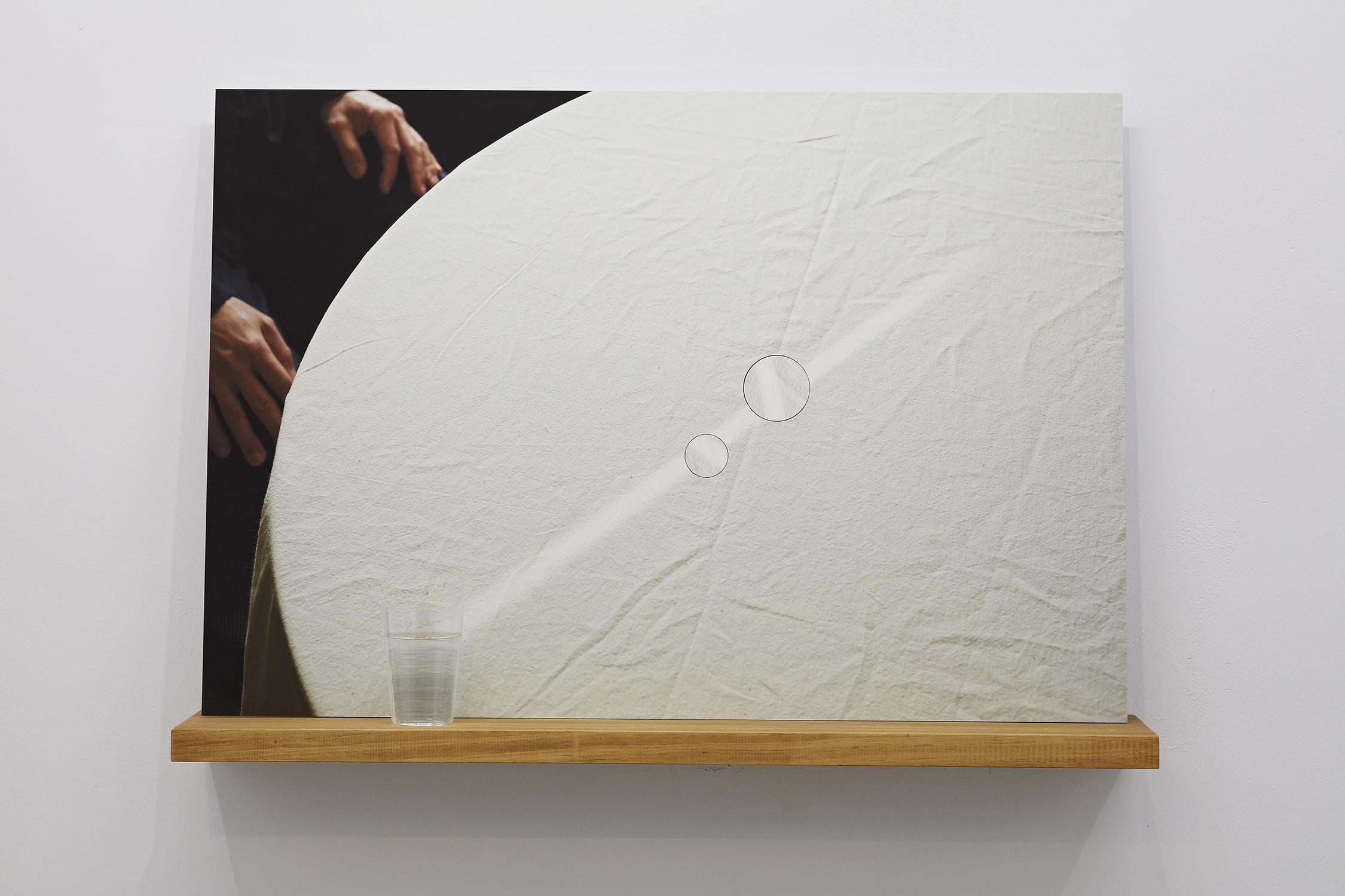 王雅慧,《光年》,93×65.04×20cm,藝術紙鋁板裱褙/實木層板/玻璃杯/水/時鐘機芯×2,2020。 攝影|劉信佑