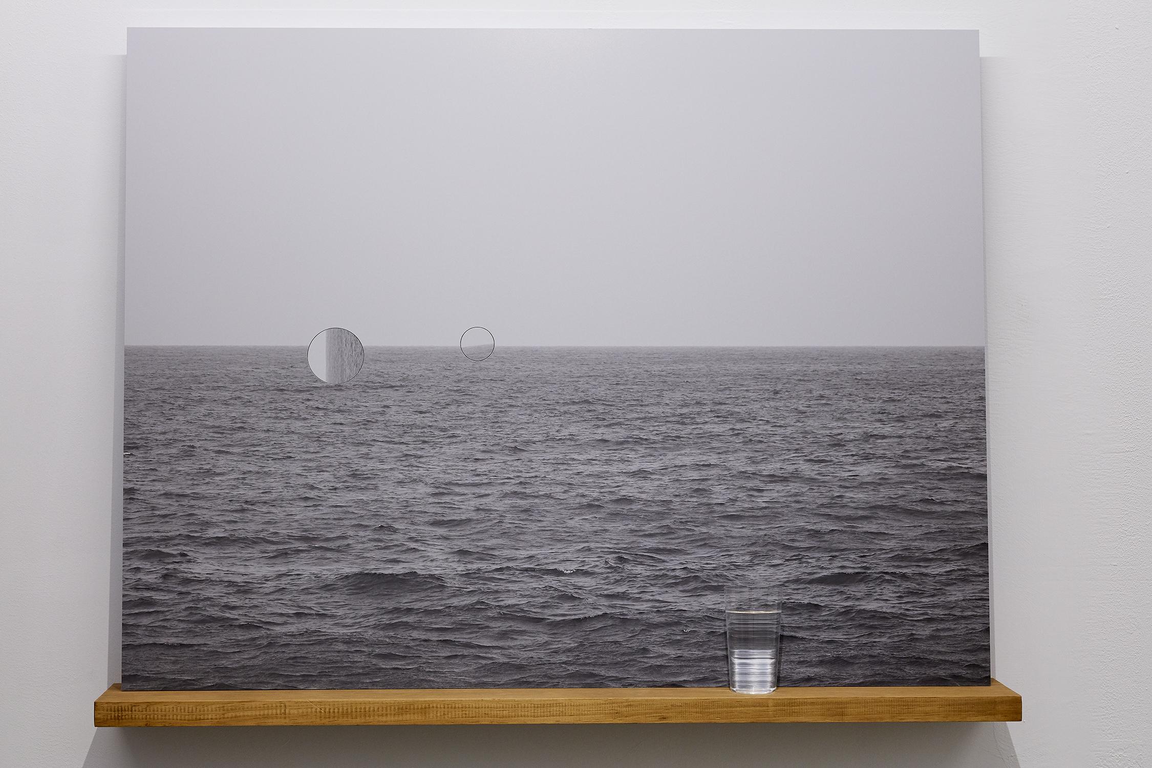 王雅慧,《海》,112×86.35×20cm,半光面相紙鋁板裱褙/實木層板/玻璃杯/水/時鐘機芯×2,2020。 攝影|劉信佑