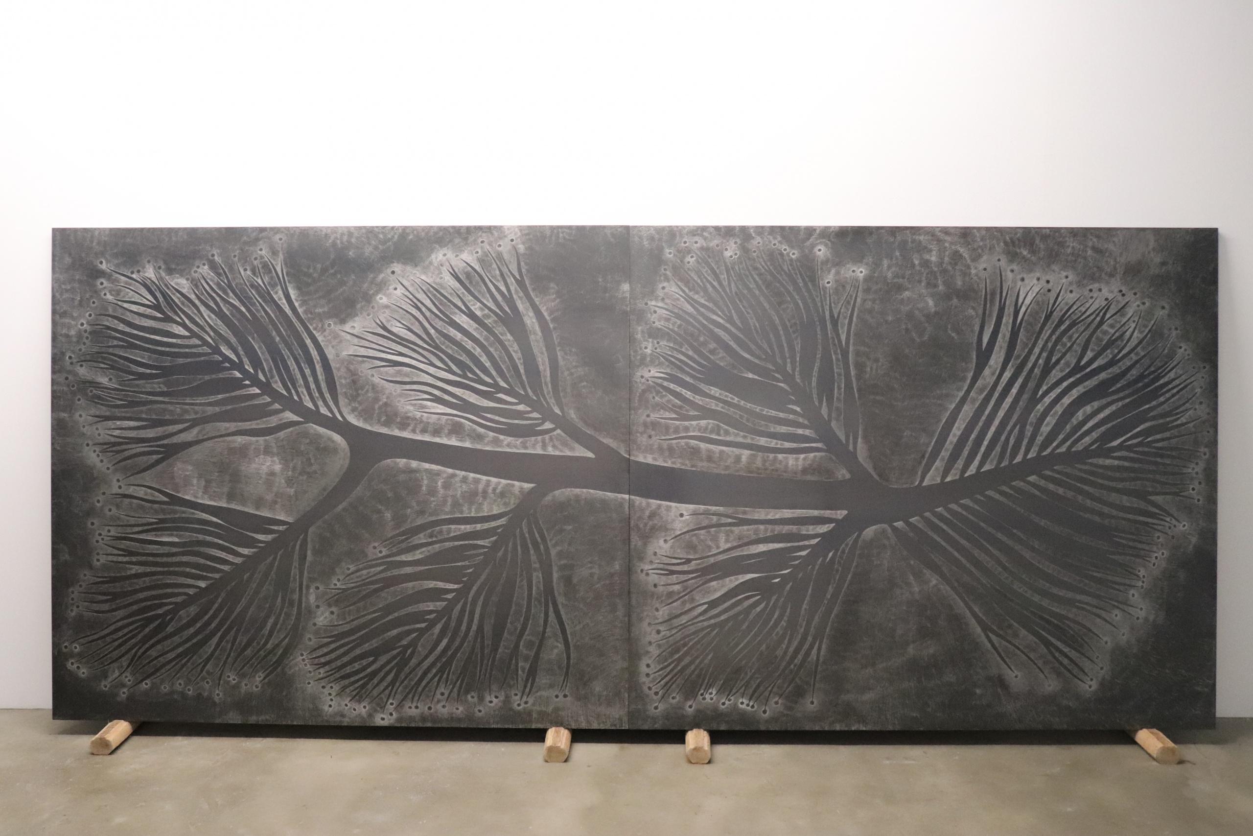 《模板》,340X145cm,黑鐵板、木板、椰子樹,2020。 攝影|顏珮珊