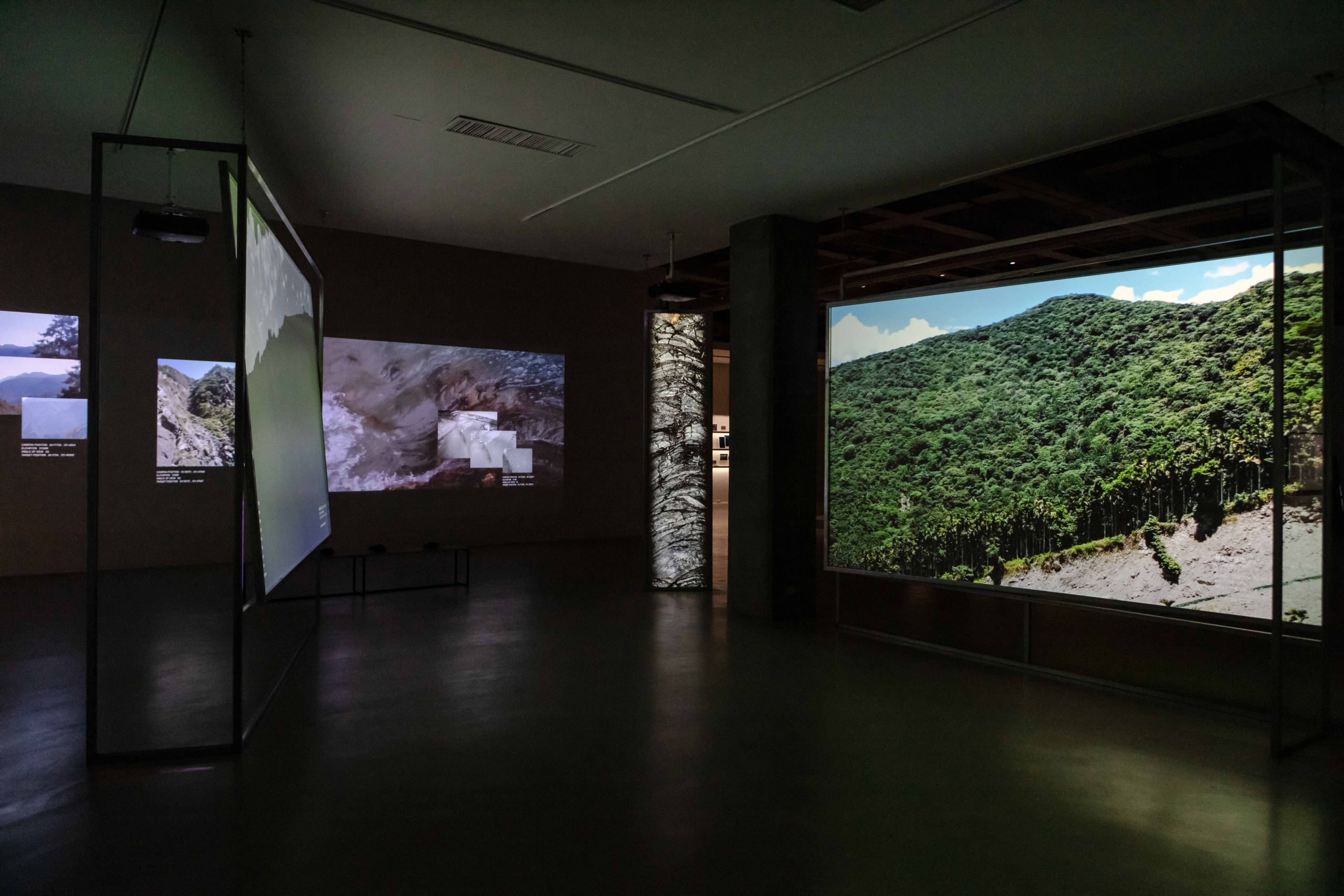 17.1、17.2 蘇郁心,《參照系I、II》,2020,錄像裝置,尺寸視空間而定。圖像由藝術家及臺北市立美術館提供。