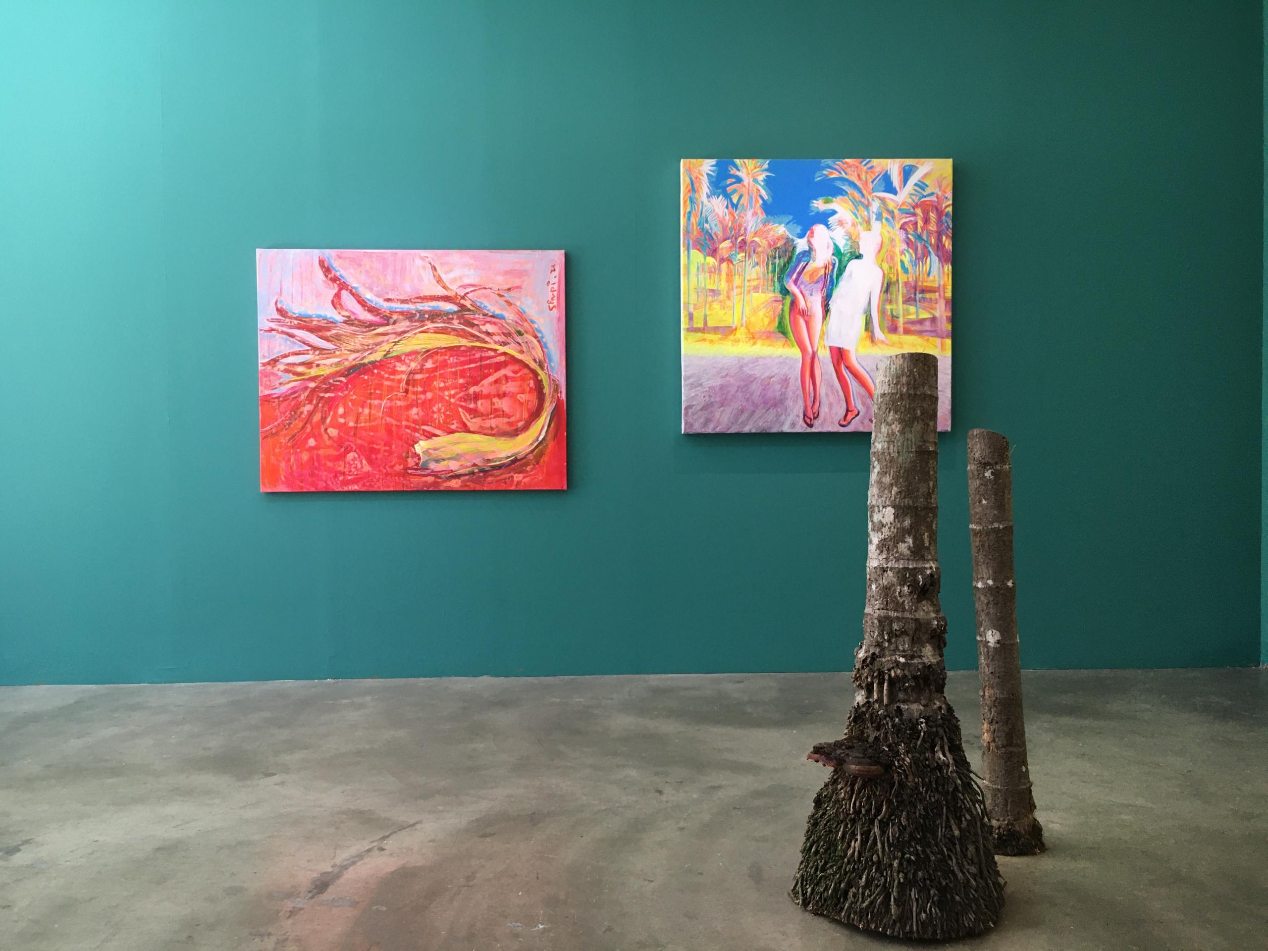「熱帶天堂」展覽現場。圖中作品為《紅⾊圓曲》、《時尚靚妹的菁仔園》。攝影:陳馨恬